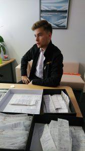 Onni Stenholm avaamassa OTAXI -toimistolla kuljettaja ID:tä ennen ensimmäistä työpäivää taksin ratissa